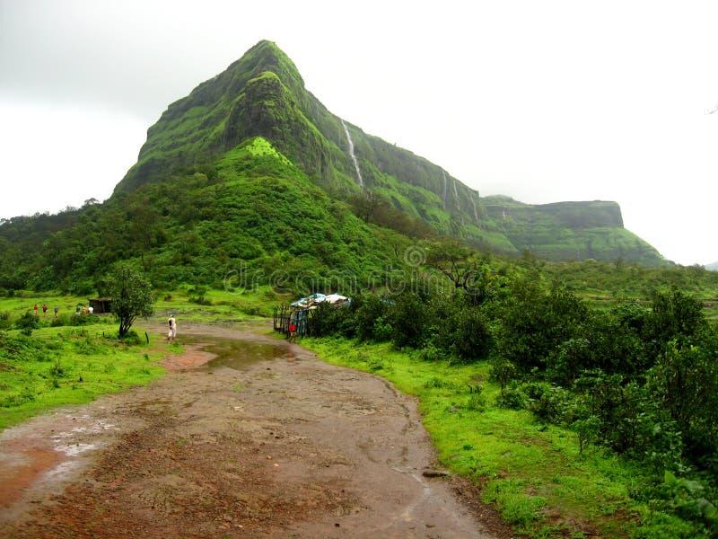 Groene berg in platteland royalty-vrije stock afbeeldingen