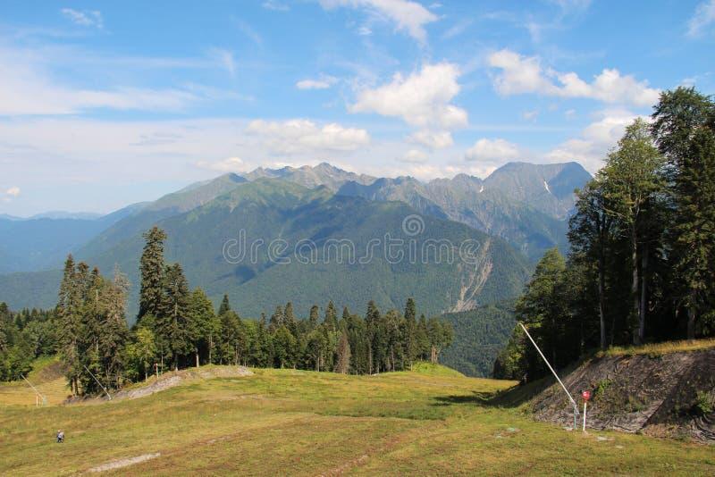 Groene bergen en blauwe hemel royalty-vrije stock foto