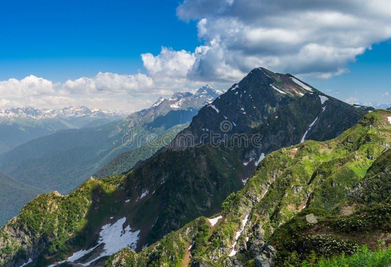Groene bergen met sneeuw royalty-vrije stock afbeelding