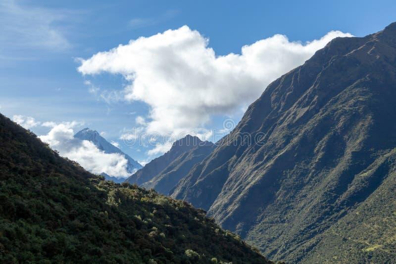Groene bergen met sneeuw behandelde pieken, de Andes, Peru stock afbeeldingen