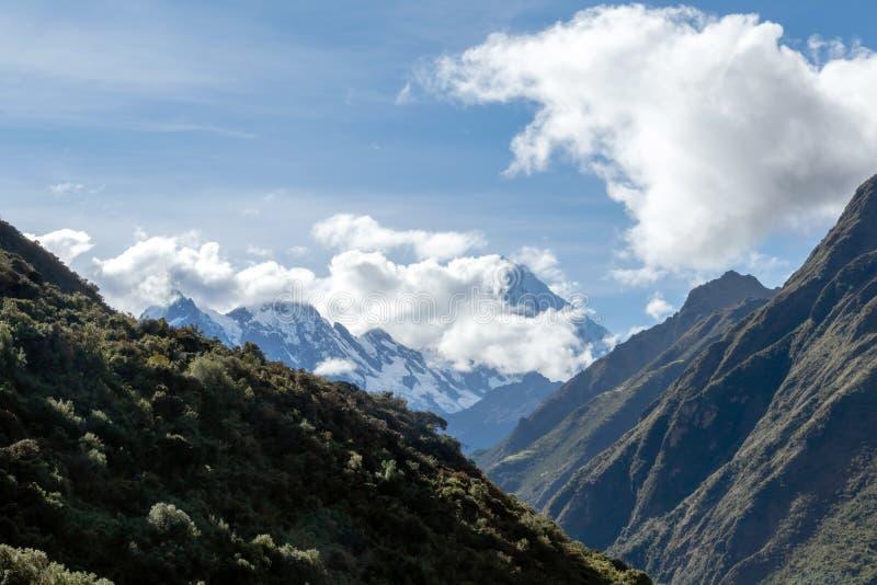Groene bergen met sneeuw behandelde pieken, de Andes, Peru stock foto