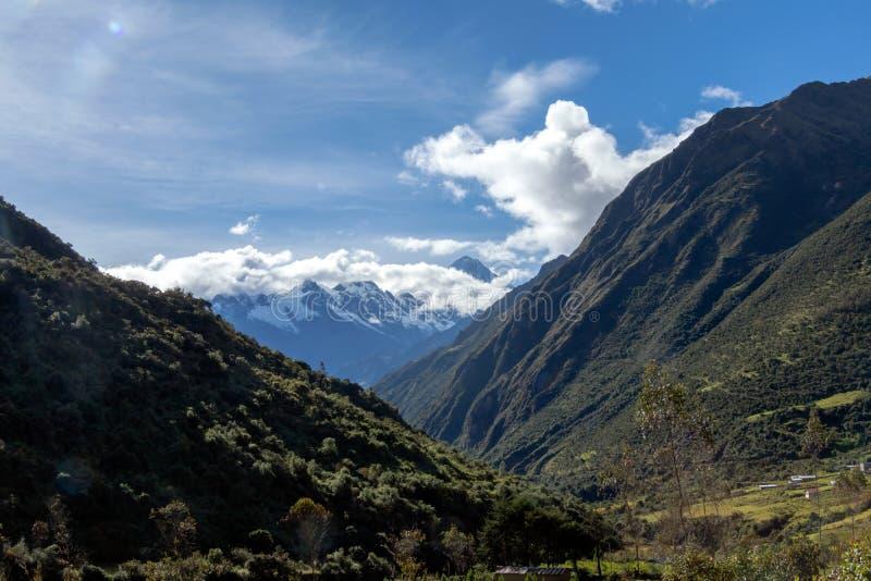 Groene bergen met sneeuw behandelde pieken, de Andes, Peru stock afbeelding