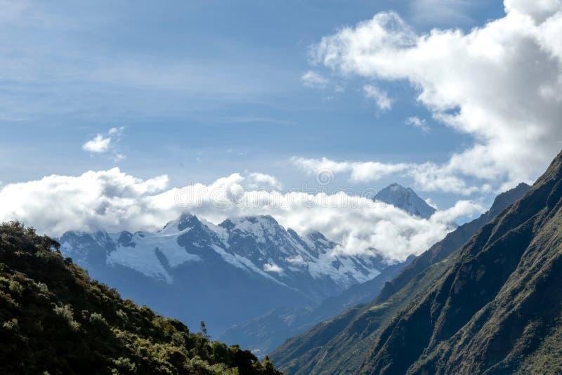 Groene bergen met sneeuw behandelde pieken, de Andes, Peru royalty-vrije stock fotografie
