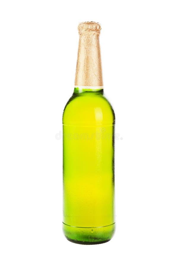 Groene bierfles die op wit wordt geïsoleerdo. royalty-vrije stock afbeeldingen