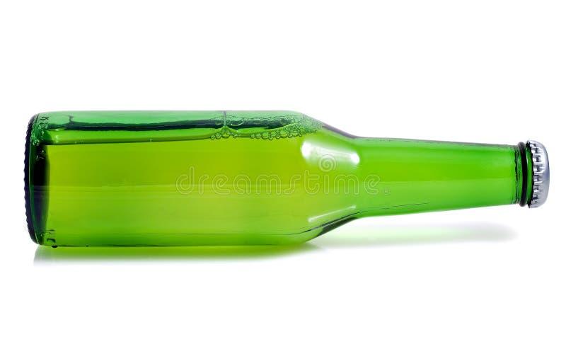 Groene bierfles in een horizontale positie royalty-vrije stock foto's