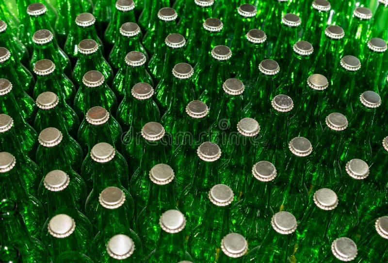 Groene bierflessen met kroonkurken royalty-vrije stock afbeeldingen