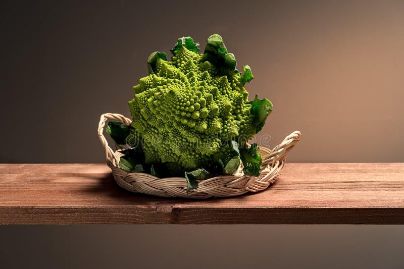 Groene bloemkool in een rieten mand royalty-vrije stock foto's