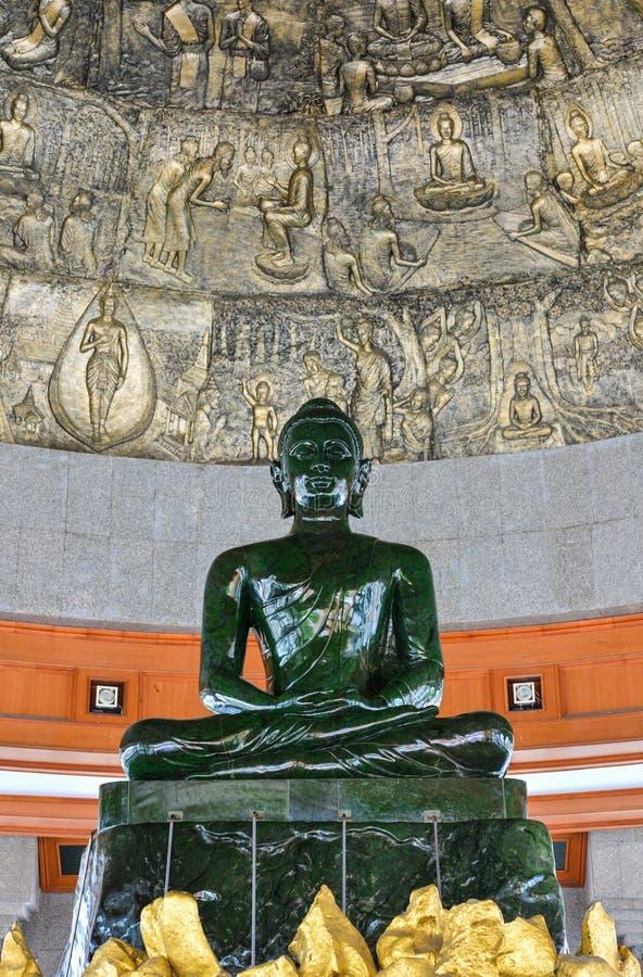 Groene Boedha maakte van jade in Thailand stock afbeeldingen