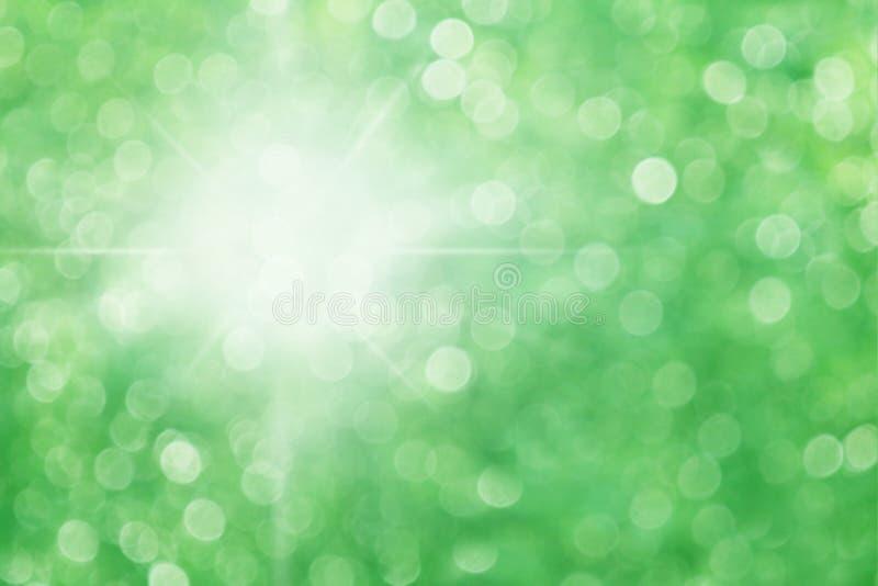 Groene bokehachtergrond met zon lichte, mooie lichte zonneschijn die als achtergrond het groene effect van aard bosbokeh aansteke royalty-vrije stock fotografie