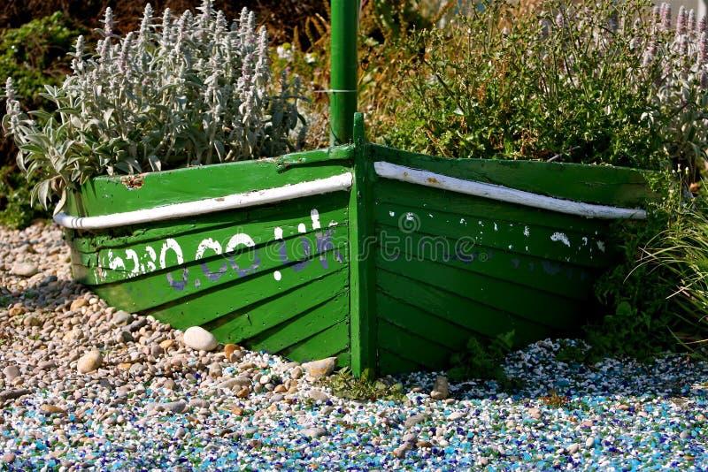 Groene boot met bloemen royalty-vrije stock foto's