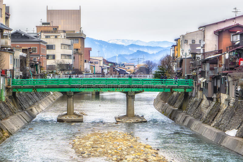 Groene brug over de rivier in Takayama, Japan royalty-vrije stock afbeelding