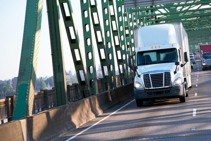 Groene brug tusen staten met commertial vracht semi vrachtwagens op h royalty-vrije stock afbeelding