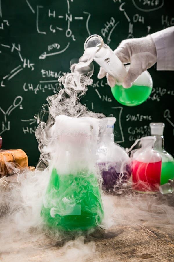 Groene chemische reacties in oud schoollaboratorium royalty-vrije stock afbeelding