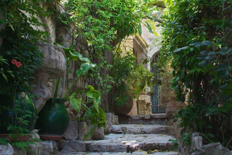 Groene comfortabele binnenplaatsen van het Franse dorp van San Paul de Vence royalty-vrije stock foto