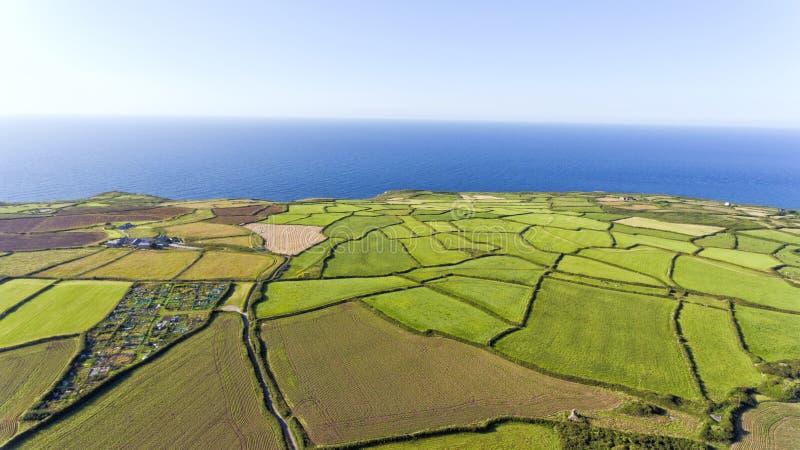Groene de landbouwgebieden dichtbij overzees en St Ives, Cornwall, het UK stock afbeelding