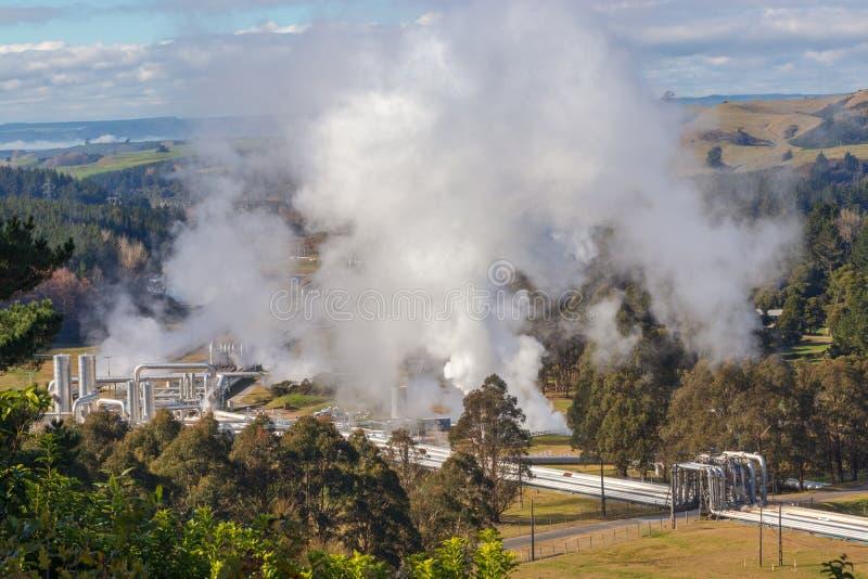 Groene de pijpleidingsstoom van de energie geothermische elektrische centrale stock afbeelding
