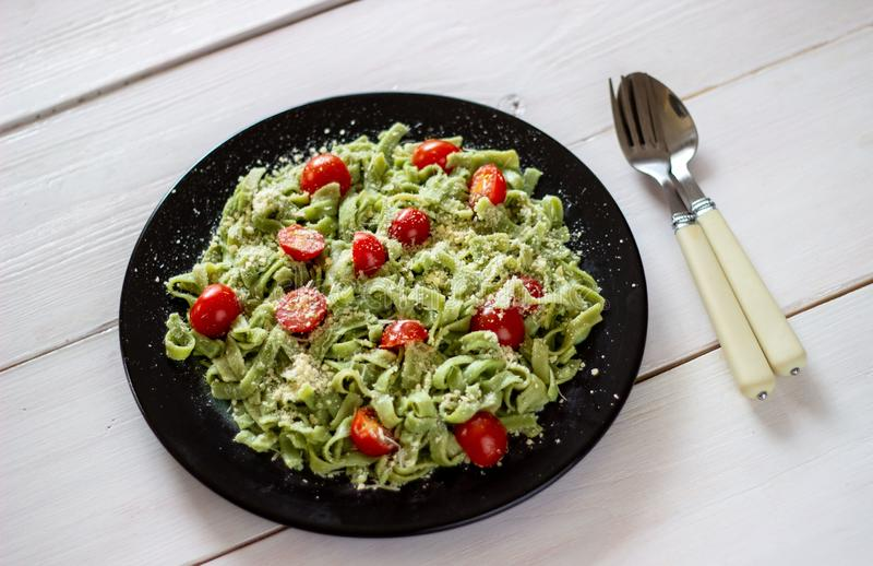 Groene deegwaren met tomaten en parmezaanse kaaskaas Witte achtergrond Hoogste mening royalty-vrije stock foto's
