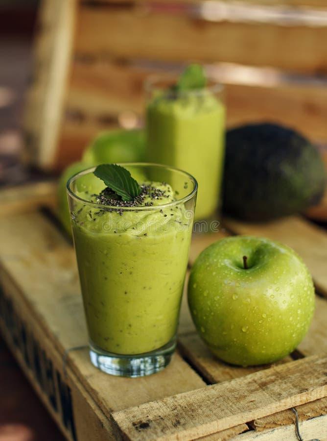 Groene detoxappel en avocado smoothie royalty-vrije stock foto