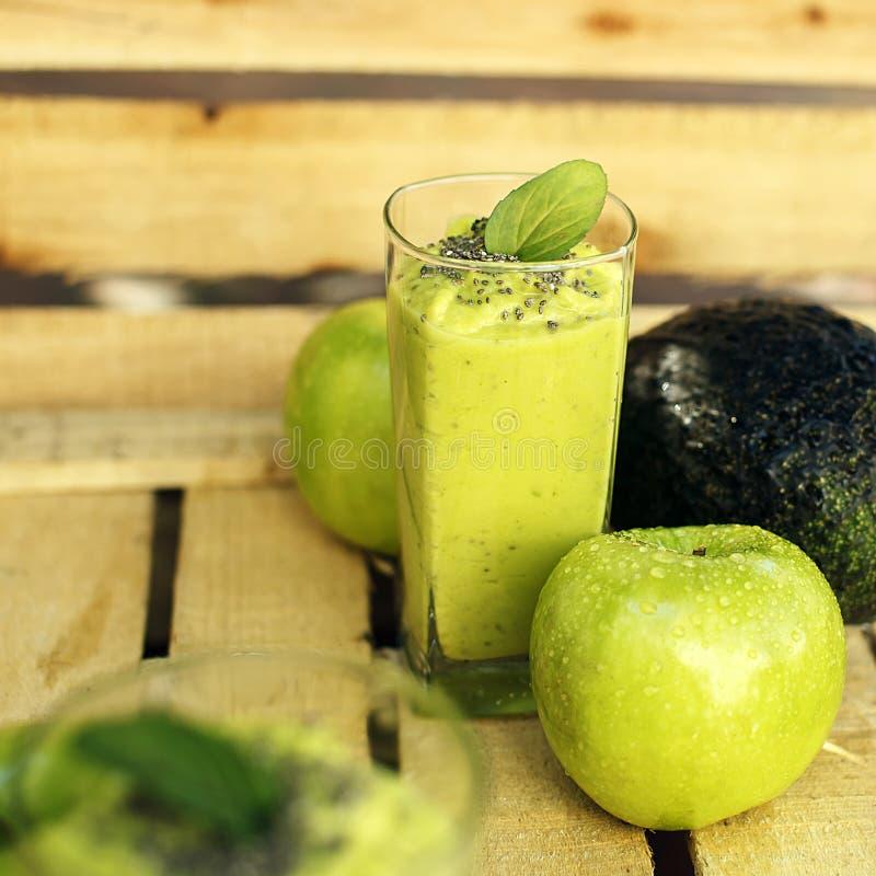 Groene detoxappel en avocadoschok royalty-vrije stock afbeeldingen