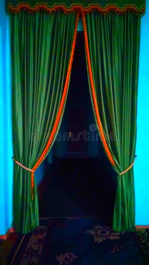 Groene deur aan dark royalty-vrije stock foto