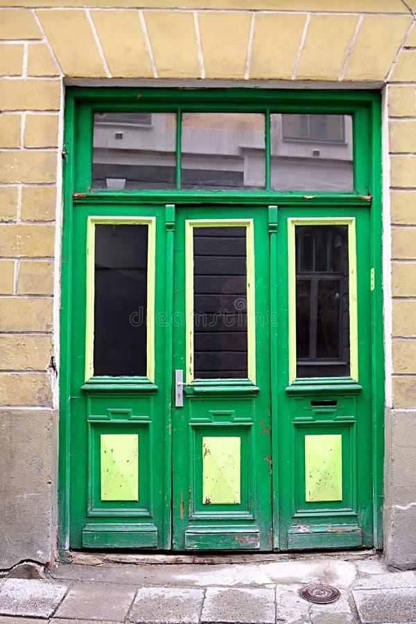 Groene deur in de oude bouw, Tallinn, Estland royalty-vrije stock afbeelding