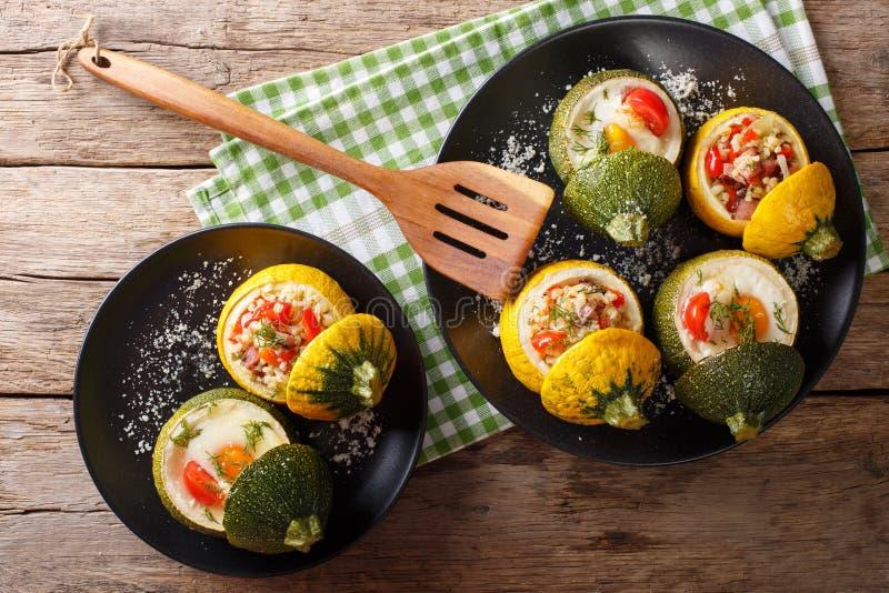 Groene die courgette met eieren wordt gebakken en gele die courgette wordt gevuld met stock afbeelding