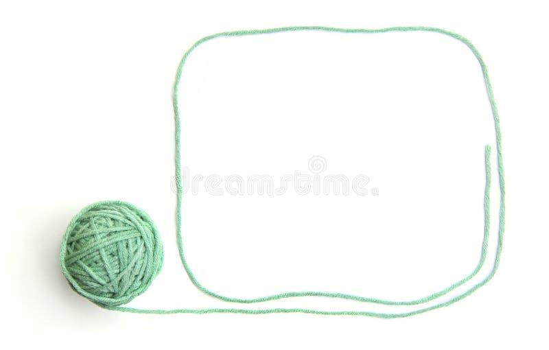 Groene die draadbal met kader van draad wordt gemaakt op witte achtergrond wordt geïsoleerd stock foto