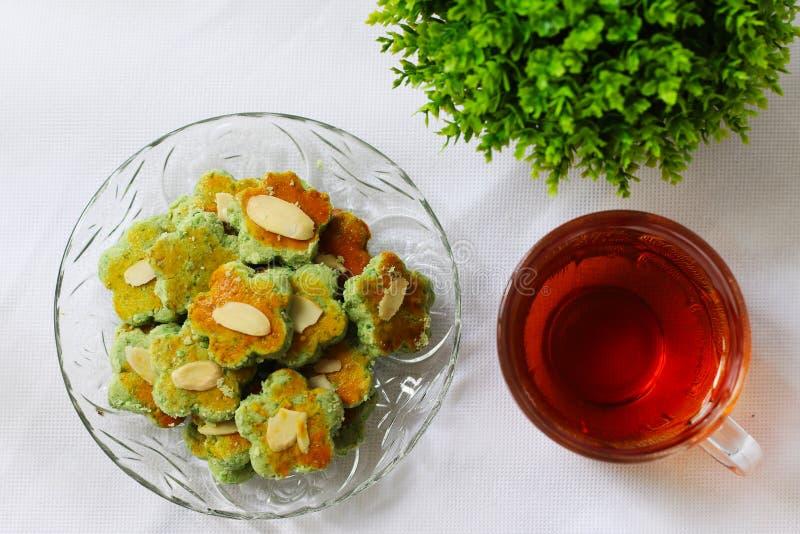 Groene die erwtenkoekjes met thee worden gediend Ramadankoekjes royalty-vrije stock foto