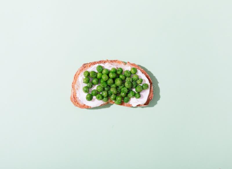 Groene die erwtensandwich met romig kaas en brood wordt voorbereid royalty-vrije stock foto