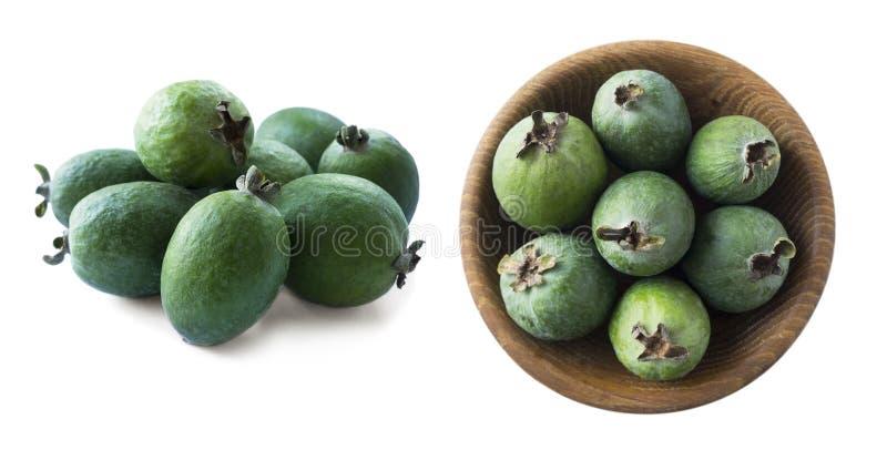 Groene die feijoavruchten op witte achtergrond worden geïsoleerd Vruchten van feijoa op een witte achtergrond Tropische die fruit royalty-vrije stock fotografie