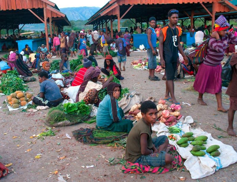 Groene die groente voor verkoop bij een lokale markt in Wamena wordt getoond stock afbeelding