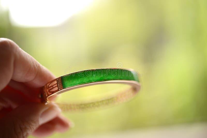 Groene die jade in een gouden armband wordt opgenomen stock foto's