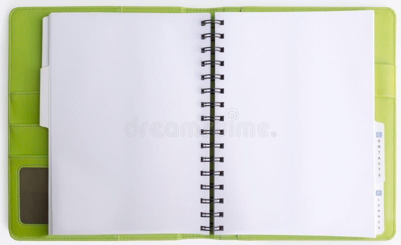 Groene die leerdekking van bindmiddelennotitieboekje op witte backgrou wordt geopend royalty-vrije stock foto's