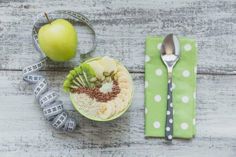 Groene die smoothiekom met kiwi, banaan, appelen en zaden F wordt bedekt royalty-vrije stock foto