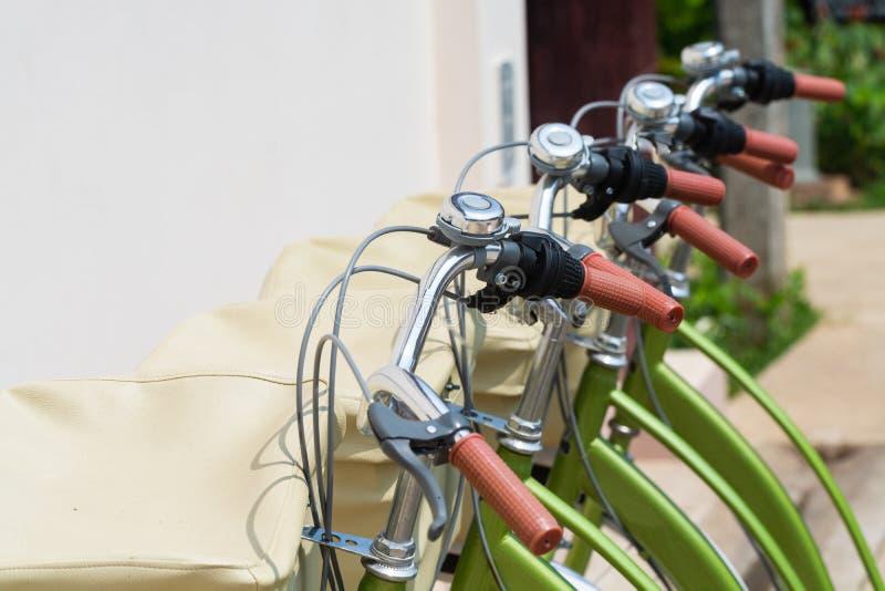 Groene die stadsfietsen naast de huurwinkel worden geparkeerd in Luang Prabang, Laos stock fotografie