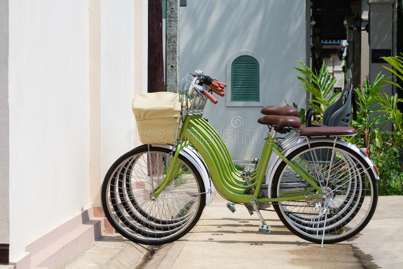 Groene die stadsfietsen naast de huurwinkel worden geparkeerd in Luang Prabang, Laos royalty-vrije stock afbeelding