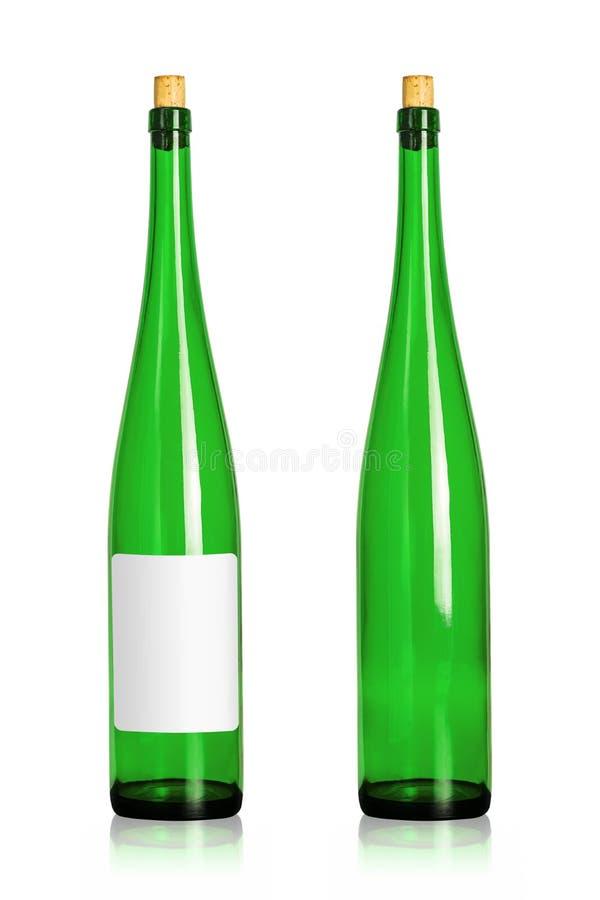 Groene die wijnflessen op witte achtergrond worden geïsoleerd Drankcontainer in lange vorm met leeg etiket stock afbeelding
