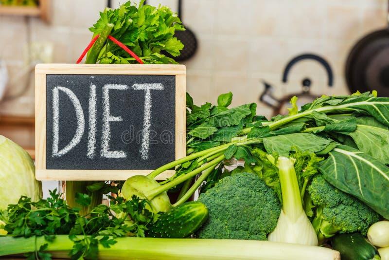 Groene dieetgroenten, dieetteken stock fotografie