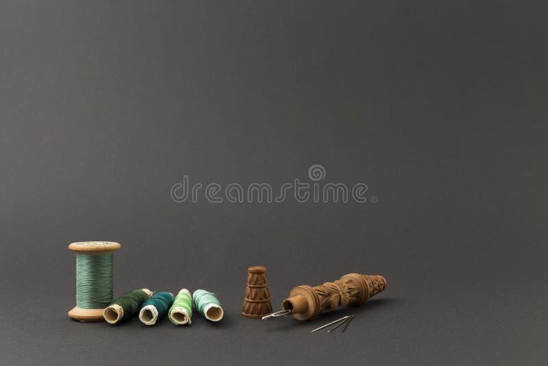 Groene draadspoelen met naalden stock foto's