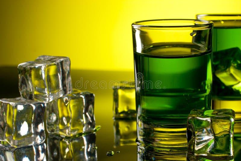 Groene drank met ijsblokjes stock afbeelding