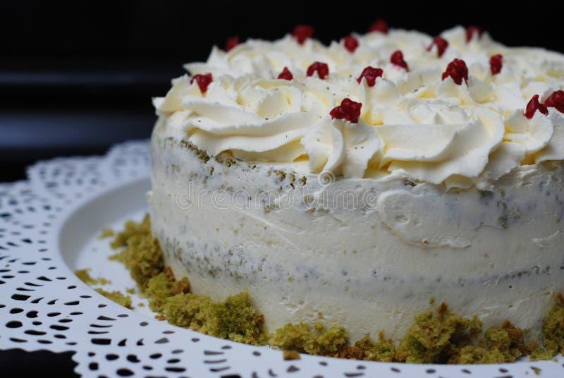 Groene Eigengemaakte de Cakepistache van Matcha met Aardbeiroom Dessertcake met Witte Room royalty-vrije stock foto's