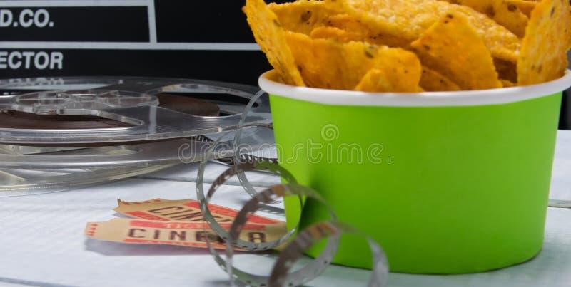 groene emmer met nachos, tegen de achtergrond van een reeks voor de film royalty-vrije stock foto's