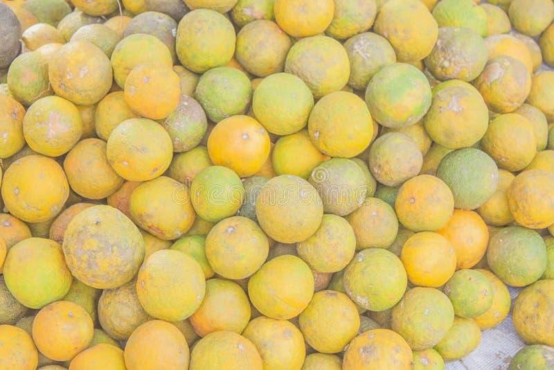 Groene en gele sinaasappelen stock afbeeldingen