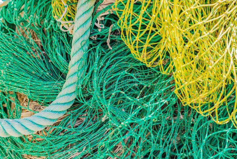 Groene en gele visnetten bij haven, close-up royalty-vrije stock afbeelding