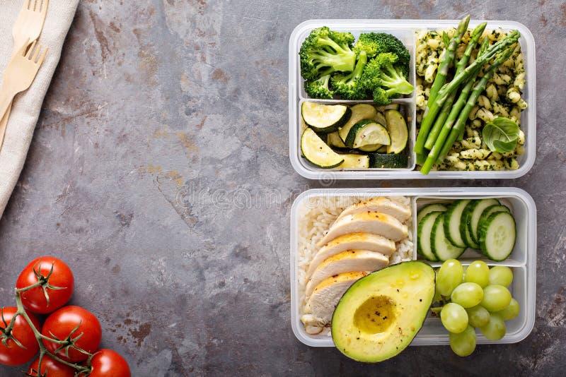 Groene en gezonde maaltijd prep containers met kip en groenten royalty-vrije stock foto
