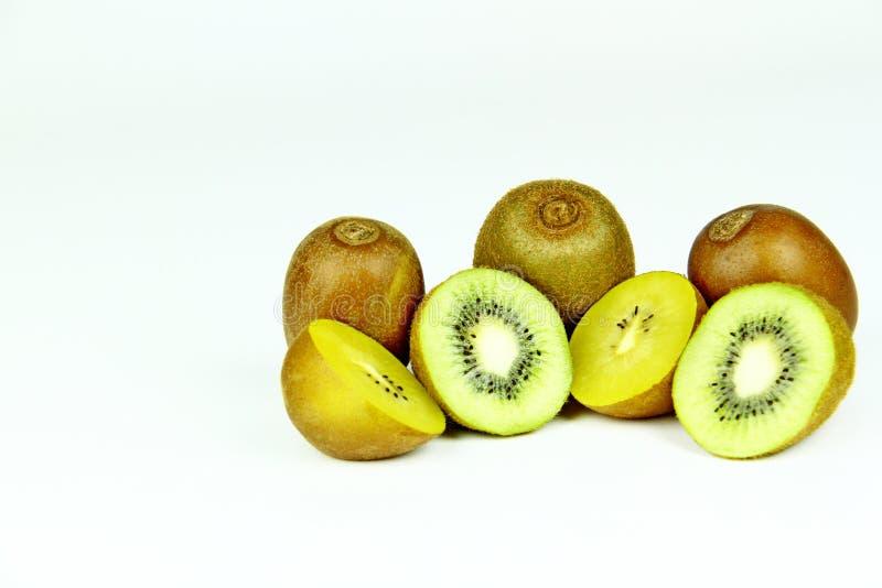 Groene en gouden kiwi op een witte achtergrond stock foto's