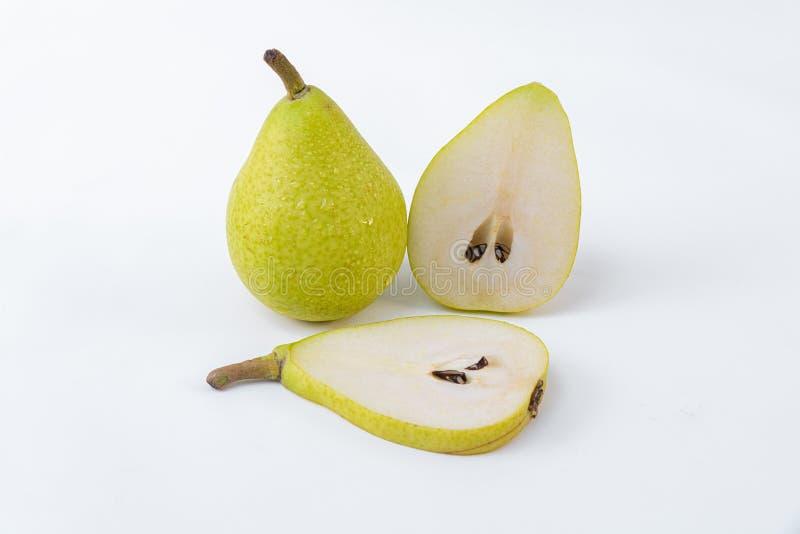 Groene en rijpe die peer op een witte achtergrond wordt geïsoleerd - Heerlijk perenontbijt - gesneden Peer en geheel royalty-vrije stock foto
