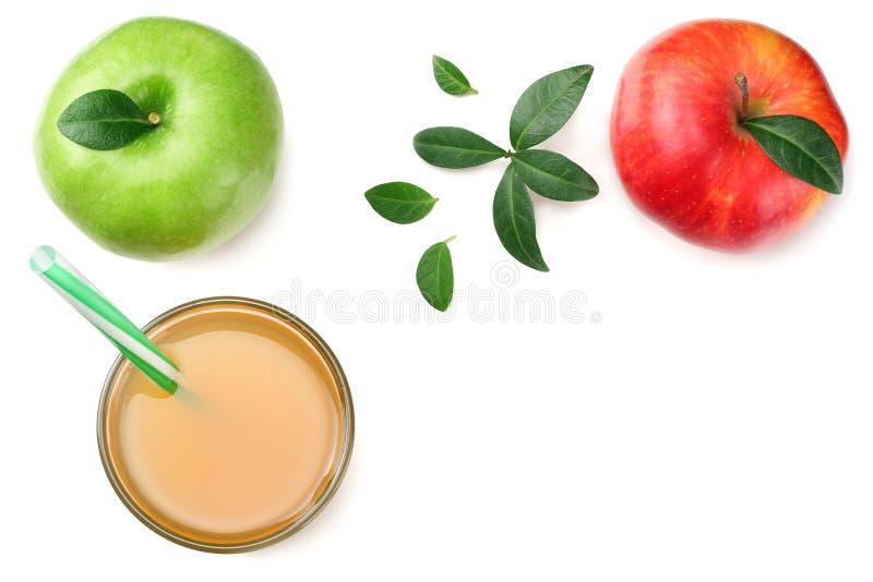 groene en rode die appelen met appelsap op witte achtergrond wordt geïsoleerd Hoogste mening royalty-vrije stock afbeeldingen