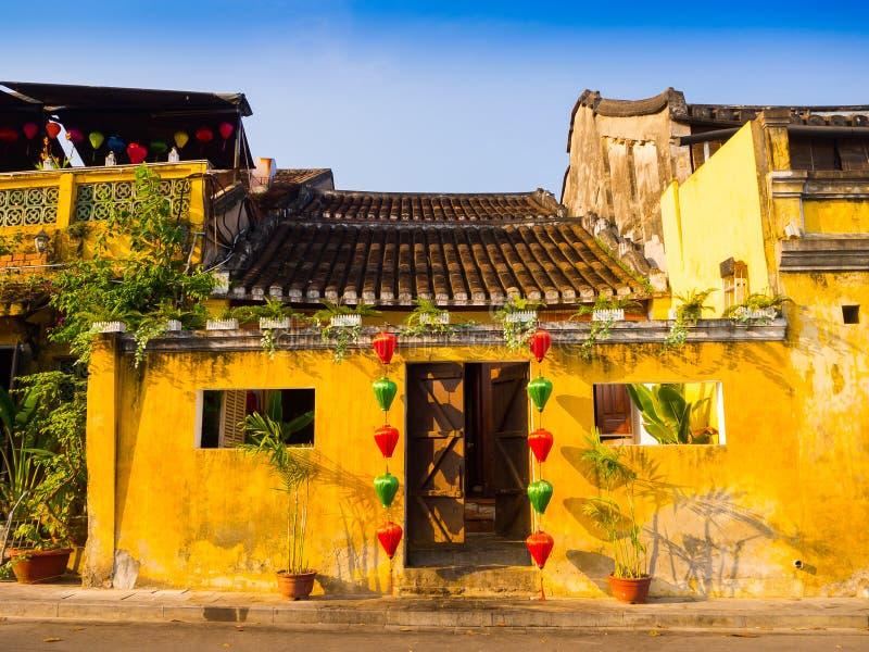 Groene en rode lantaarns die buiten een oud geel huis in de oude stad van Hoi An, Unesco-werelderfenis hangen Hoi An is stock foto's