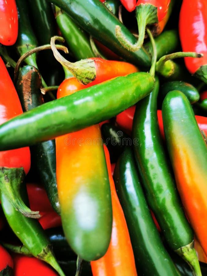 Groene en rode pillen op een lokale boerenmarkt stock afbeelding